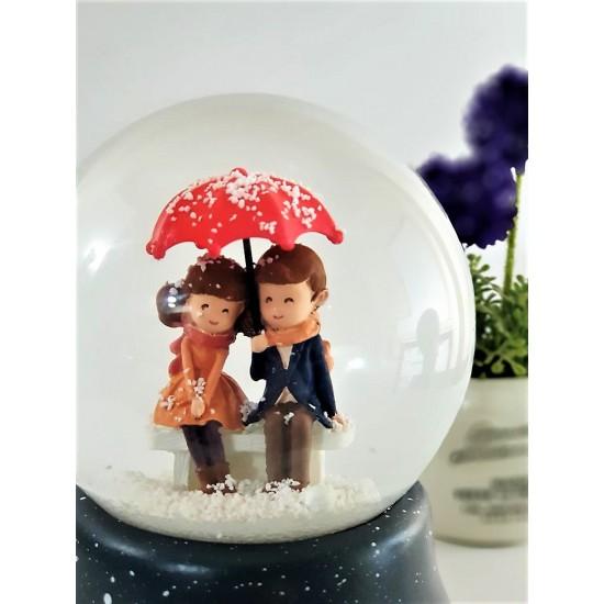 Şemsiyenin Altında Buluşan Aşıklar Işıklı Kar Küresi