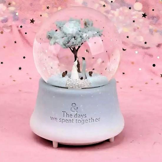 Ağaç Altında Buluşan Işıklı Orta  Boy Müzikli  Kar küresi