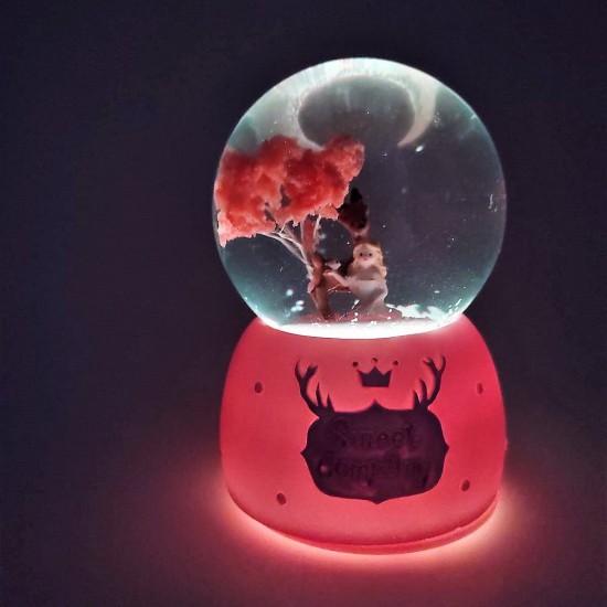 Ağaç Altında Oturan Sevimli Kız Işıklı Müzikli Kar Küresi
