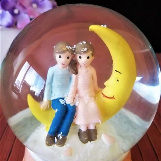 Ay İçinde Mutlu Çiftler Işıklı Müzikli Orta Boy Kar Küresi