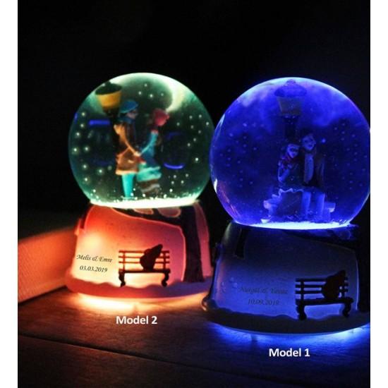 Kişiye Özel Sokak Lambası Altında Buluşan Işıklı Müzikli Orta Boy Kar Küresi
