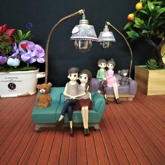 Koltukta Oturan Çift ve Ayıcık Işıklı Biblo