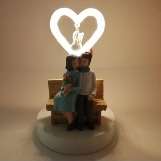 Bankta Oturan Kalp ışıklı Romantik Biblo