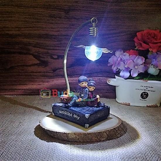 Işıklı Ahşap Sırt Sırta Veren Sevgili Biblosu Kitap
