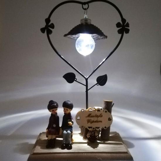 İsme Özel Bankta Oturan Aşıklar Kalpli Işıklı Biblo