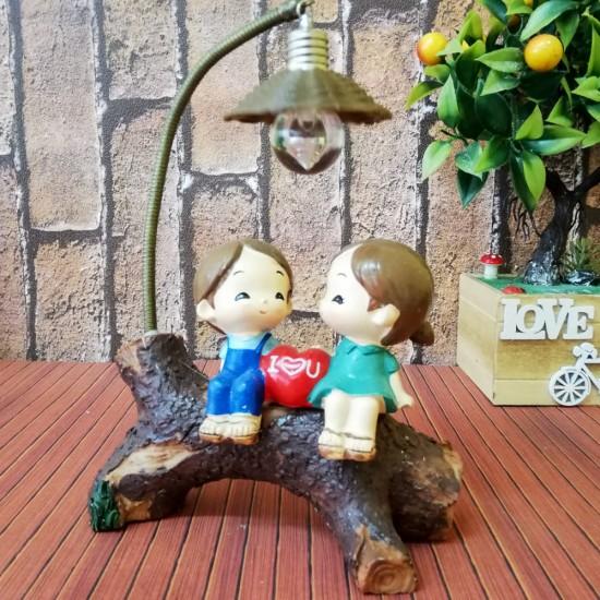 Kütük Üzerinde Yanyana Oturan Aşıklar Sevgili Biblosu Işıklı