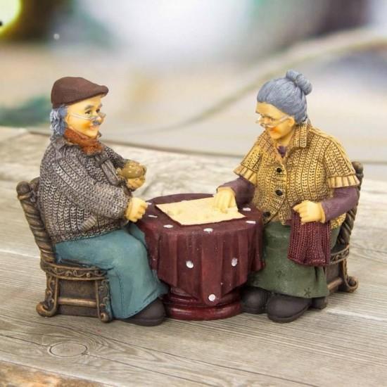 Masada Oturan Sevimli Yaşlı Çift Biblo
