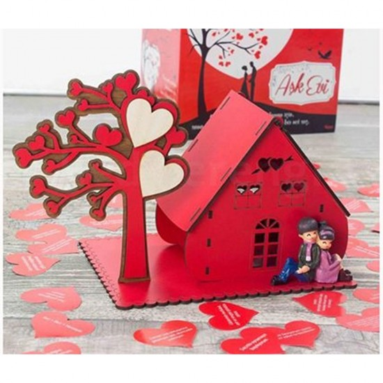Romantik Ahşap Aşk Evi ve Aşk Ağacı