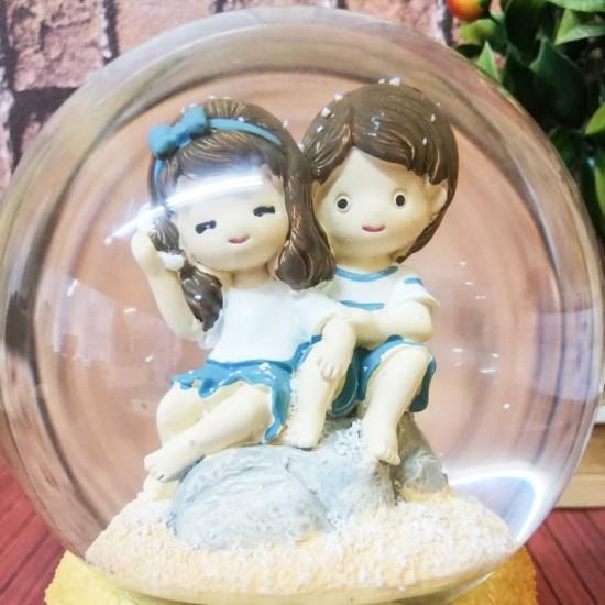 Sahildeki Sevgililer Işıklı Kar Küresi  ( model 1 )